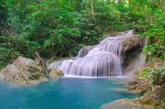 Waterval in Diep bos bij Erawan-waterval Nationaal Park, Royalty-vrije Stock Foto's