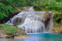Waterval in Diep bos bij Erawan-waterval Nationaal Park, Stock Foto's
