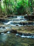 Waterval in Diep bos in Huay Mae Khamin, Kanchanaburi Provin Stock Foto