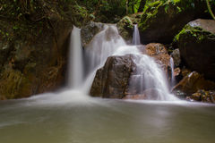 Waterval in diep bos, nationaal park, Thailand Royalty-vrije Stock Afbeeldingen