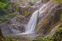 Waterval in diepe regenwoudwildernis (Mae Re Wa Waterfalls Stock Afbeeldingen
