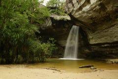 waterval door de rots Royalty-vrije Stock Fotografie