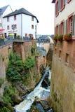 Waterval in Duitse stad van Saarburg Stock Foto's