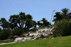 Waterval in een openbaar park stock foto