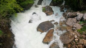 Waterval in een vochtige tropische bos Stormachtige stroom van een bergrivier Mooie waterval in het bos Zuivere water stock footage