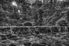 Waterval en brug, Sharon Woods Park, Cincinnati, Ohio Stock Foto