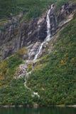Waterval en klip in Geiranger-fjord stock foto's