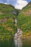 Waterval en klip in Geiranger-fjord stock afbeelding