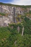 Waterval en klip in Geiranger-fjord royalty-vrije stock afbeeldingen