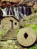 Waterval en molen stock afbeeldingen