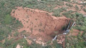 Waterval en Mooie Aard van Marokko bij Ouzoud-Dalingen door Hommel van hierboven stock videobeelden