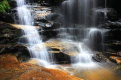 Waterval en rotsen Royalty-vrije Stock Fotografie