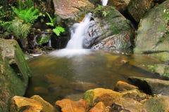 Waterval en rotsen Stock Foto's