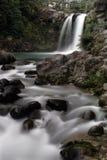Waterval en rotsen stock afbeeldingen