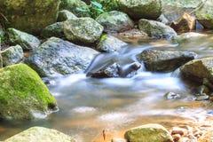 Waterval en rotsen met mos wordt behandeld dat Stock Foto's