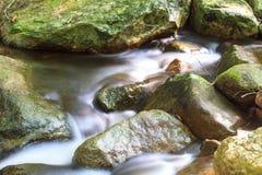 Waterval en rotsen met mos wordt behandeld dat Royalty-vrije Stock Afbeelding
