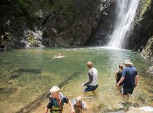 Waterval en rotspool stock afbeeldingen