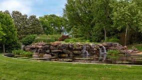 Waterval en vijver in Dallas Arboretum en de Botanische Tuin stock fotografie