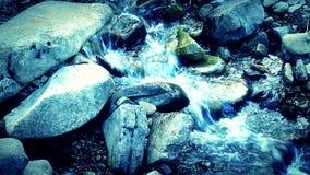 Waterval en waterbreker van kleine kreek in de lentetijd stock footage
