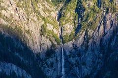 Waterval en Zonsondergang die op Berg kruipen Stock Foto's