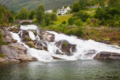 Waterval in Hellesylt, Geiranger-fjord, Noorwegen Royalty-vrije Stock Foto