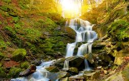 Waterval in het bos van de Herfst Royalty-vrije Stock Afbeelding