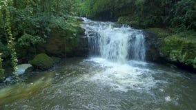Waterval in het midden van het bos door hommel over wordt geschoten die stock footage