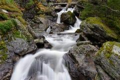 Waterval in het mooie plaatsen van de Herfst. Stock Foto's