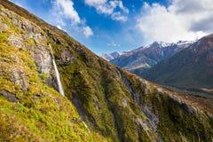 Waterval in het Spoor van het Tempelbassin, de Pas van Arthur, Nieuw Zeeland stock fotografie