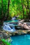 Waterval in het tropische bos van Thailand Stock Foto's