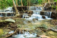Waterval in Huay Mae Khamin in Kanchanaburi-Provincie Stock Foto