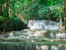 Waterval in Huay Mae Khamin National Park Stock Afbeeldingen