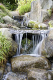 Waterval in Japanse tuin Stock Afbeelding