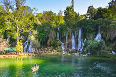 Waterval Kravica in het licht van de het plaatsen zon Royalty-vrije Stock Afbeelding