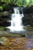 Waterval in kreek en rotsen Royalty-vrije Stock Afbeeldingen