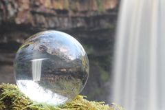 Waterval in Kristallen bol Stock Afbeeldingen