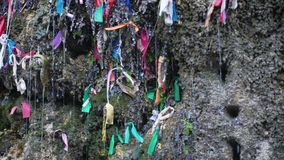 Waterval meisjesachtige scheuren van meer Ritsa, Abchazië Stukken van gekleurd weefsel, een groot aantal kleurrijk schroot van s stock videobeelden