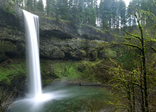 Waterval met Bemoste Rotsen Royalty-vrije Stock Foto's