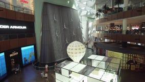 Waterval met duikers na parels in de Wandelgalerij van Doubai, de video van de de voorraadlengte van het wereld` s grootste winke stock footage