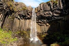 Waterval met het album van basaltkolommen Stock Foto's