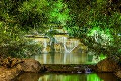 Waterval met licht van lamp in nachttuin Stock Foto