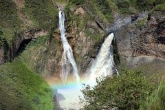 Waterval met regenboog stock afbeeldingen