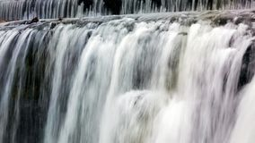 Waterval met regenboogkleuren