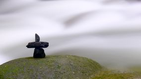 Waterval met steen arrangeme Stock Afbeeldingen