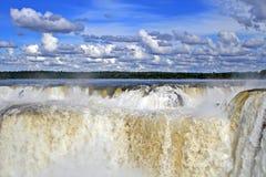 Waterval met wolk en blauwe hemel Stock Afbeelding