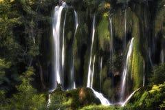 Waterval in midden van het meest forrest in het Nationale Park dat van Plitvice wordt gevestigd stock foto