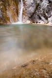 Waterval in natuurlijke pool Royalty-vrije Stock Foto's