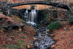 Waterval onder brug royalty-vrije stock foto