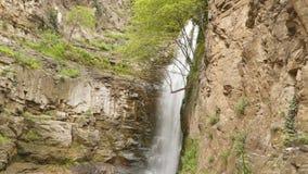 Waterval onder de rotsen in het centrum van Tbilisi stock video
