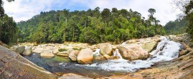 Waterval onder grote keien in de wildernissen van Laos stock foto